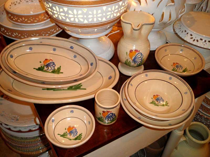 Gli oggetti di stoviglieria in ceramica della Puglia