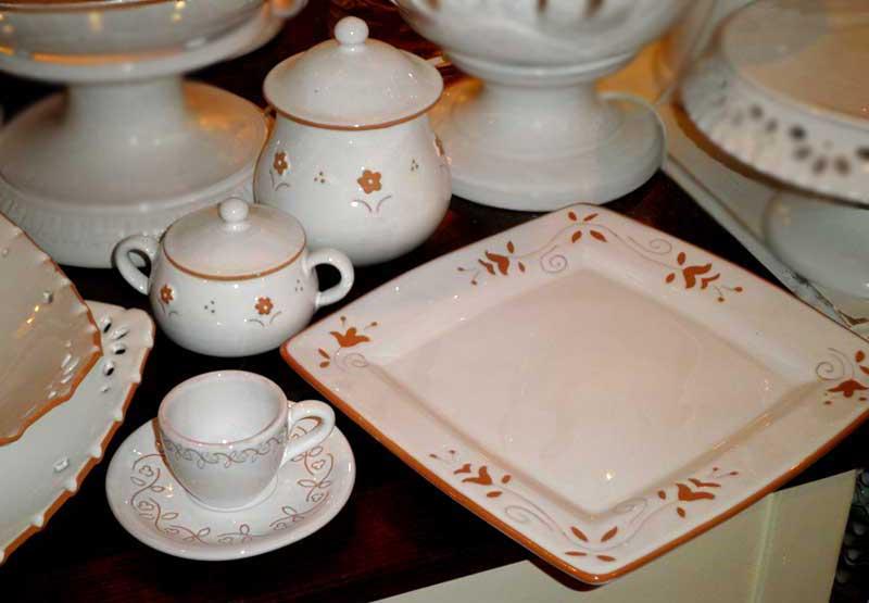 Gli oggetti di stoviglieria in ceramica della puglia - Servizi di piatti ikea ...
